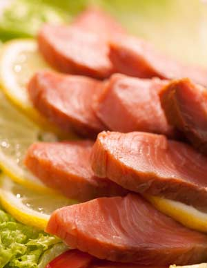 kipper-slices-with-lemon-and-lettuce